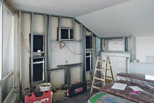 Im Wohnzimmer Einer Dachgeschosswohnung Ist Ein Vollständiges Heimkino Zu  Installieren. Außer TV Und Blu Ray Player Sollen Keine Lautsprecher, ...