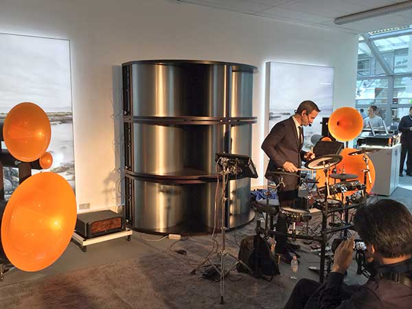Oded Kafri, Schalgzeuger auf dem Avantgarde Acoustic Stand