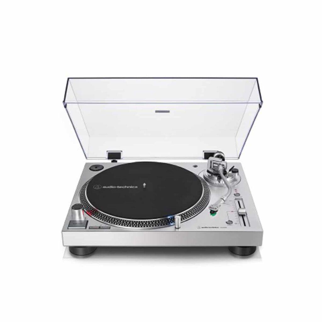 Audio technica LP120X-USB plattenspieler auf weißem hintergrund