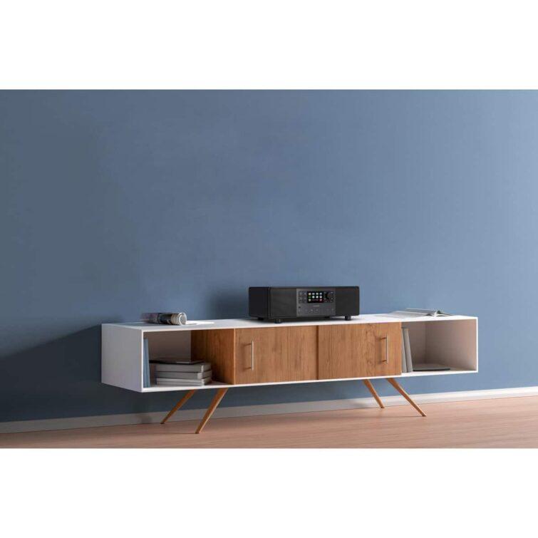 Sonoro PRIMUS auf weißem Sideboard mit Holzfüßen